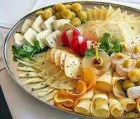 Правила сырной тарелки: состав, оформление, с чем подавать
