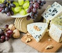 Сыры с плесенью: названия, калории, польза, с чем едят и как хранить