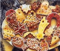 Рождественское печенье с белой глазурью и цветным рисунком