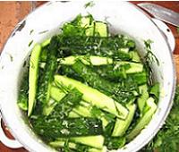 Салат из огурцов, чеснока и зелени