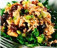Салат с бурым рисом и овощами на салатной подушке