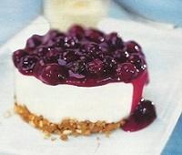 Готовим оригинальные йогуртовые пирожные без выпечки с черникой и клубникой