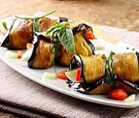 Рулетики из баклажанов с сыром Халуми, чесноком и сладким перцем