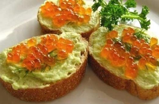 Бутерброды с икрой и авокадо