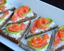 Бутерброды с авокадо и красной рыбой