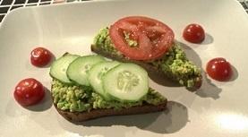 Бутерброд с авокадо и яйцом