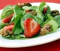 Летний легкий салат со шпинатом и клубникой