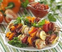 Куриные шашлыки в духовке на шпажках с соусом из печеных перцев