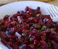 Средиземноморский свекольный салат с чесноком