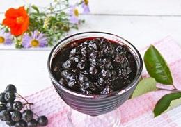 Варенье из черноплодки с яблоками и корицей